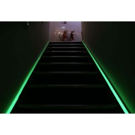 Bandă fotoluminescentă pentru marcarea căilor de evacuare